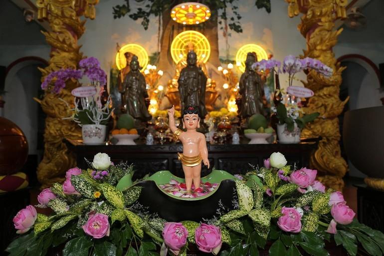 Tôn tượng Đức Phật đản sinh tại chùa Chánh Thiên