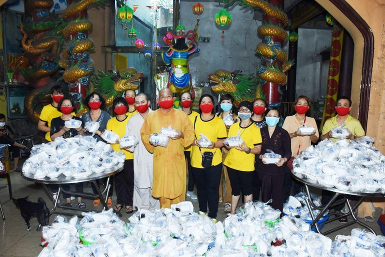 Thượng tọa Thích Thiện Ngọc cùng các Phật tử trong nhóm thiện nguyện