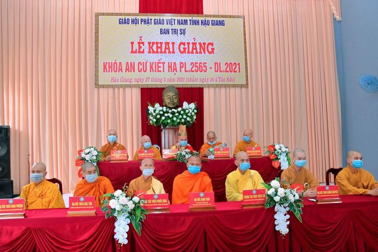 Chư tôn đức chứng minh buổi lễ khai giảng khóa An cư kiết hạ Phật lịch 2565 tại tỉnh Hậu Giang