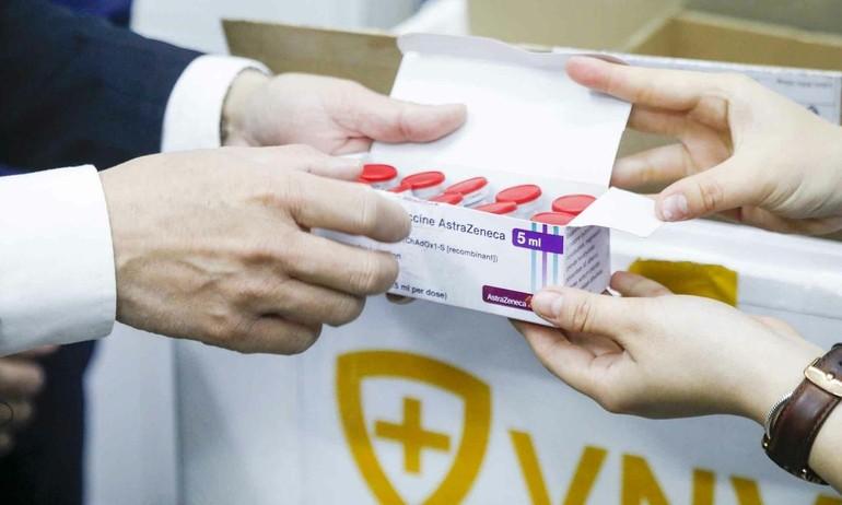 AstraZeneca chuyển giao các liều vaccine Covid-19 đến Công ty Cổ phần Vacxin Việt Nam chiều 1-6 - Ảnh: Phong Lan.