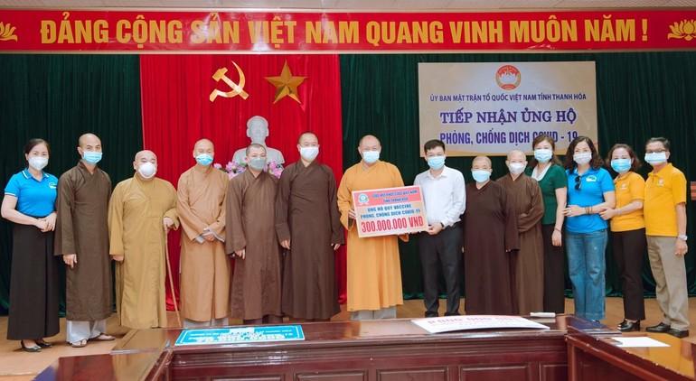 Ban Trị sự Phật giáo tỉnh Thanh Hóa trao 300 triệu đồng cho UBMTTQVN tỉnh