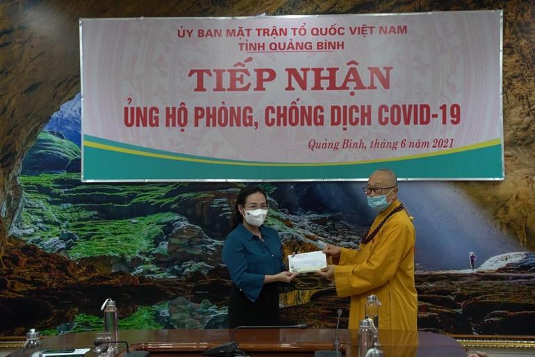 Hòa thượng Thích Tánh Nhiếp trao 50 triệu đồng ủng hộ phòng chống dịch Covid-19