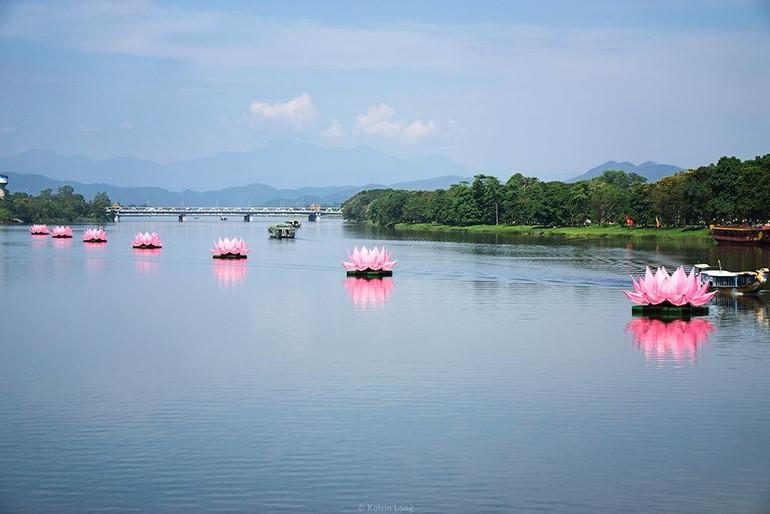 Bảy đóa sen trên dòng sông Hương