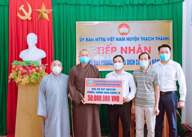 Thượng tọa Thích Tâm Đức trao hỗ trợ 50 triệu đồng ủng hộ vào quỹ vaccine cho huyện Thạch Thành