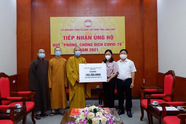 Ban Trị sự Phật giáo tỉnh Lang Sơn trao tiền ủng hộ mua vắc-xin phòng, chống dịch bệnh Covid-19