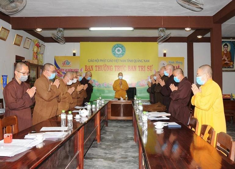 Chư tôn đức niệm Phật cầu gia hộ trước khi tiến hành phiên họp