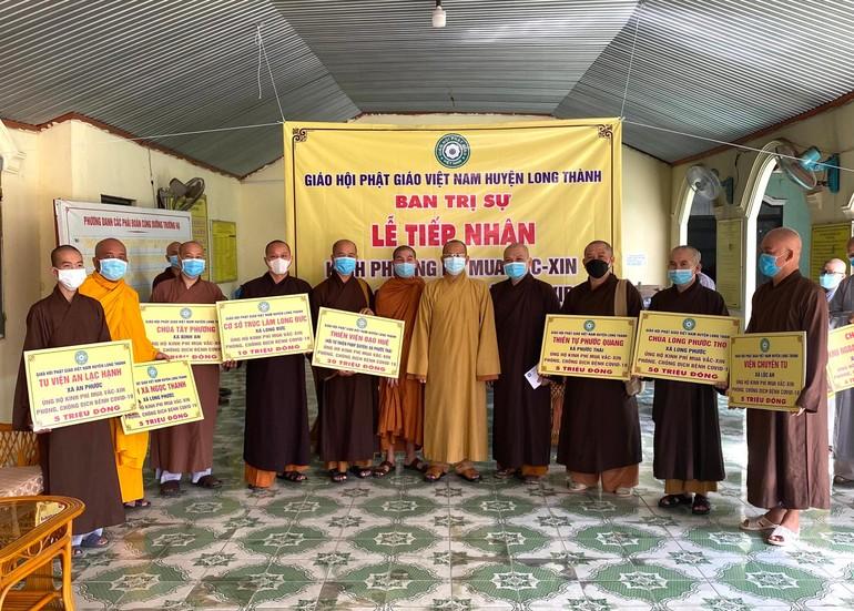 Chư tôn đức Tăng đại diện các tự viện ở huyện Long Thành ủng hộ kinh phí mua vaccine phòng chống Covid-19