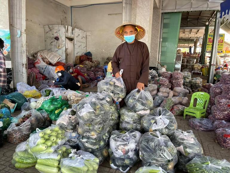Thượng tọa Thích Thiện Quý soạn rau, củ, quả để chở đến khu cách ly thuộc tỉnh Tiền Giang