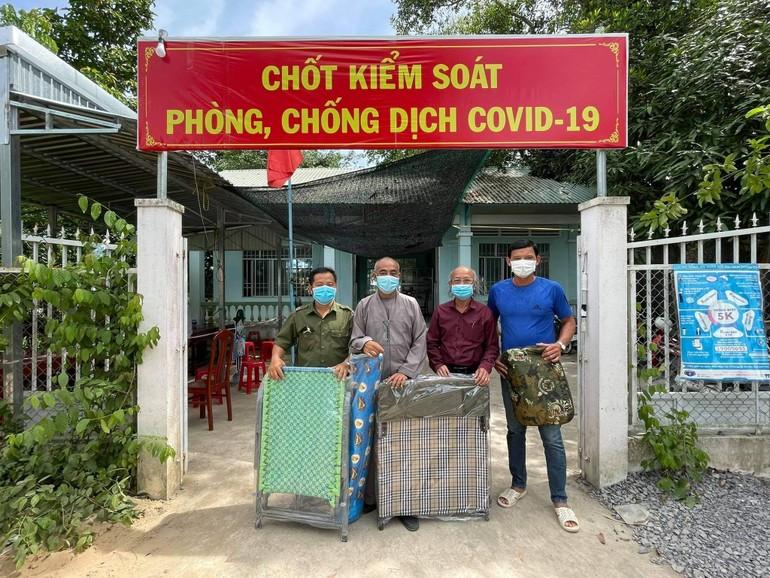 Tặng quà chốt kiểm soát xã Hòa Bình, huyện Tam Nông