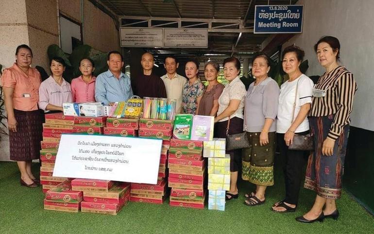 Chư Tăng chùa Bồ Đề và các Phật tử Việt kiều Lào trong buổi trao quà