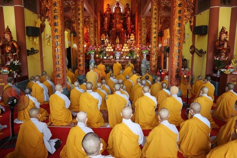 Chư Tăng Ni làm lễ tác pháp an cư tại chùa Thánh Long
