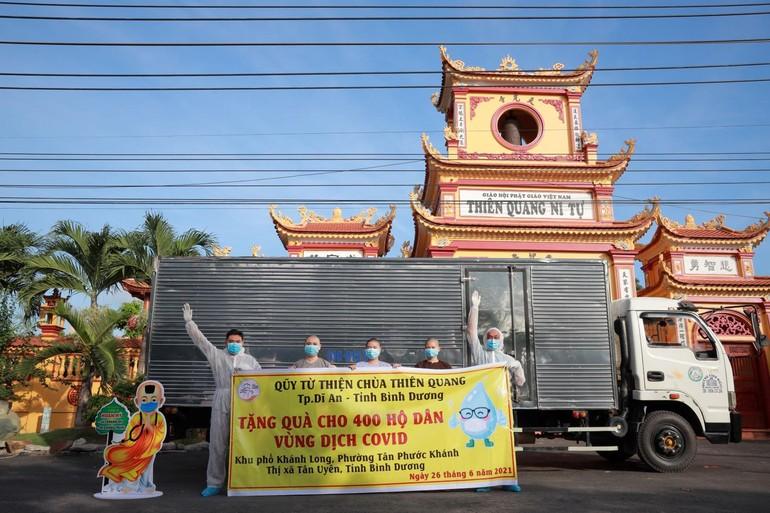 Chùa Thiên Quang vận chuyển quà đến khu vực phong tỏa tại phường Tân Phước Khánh