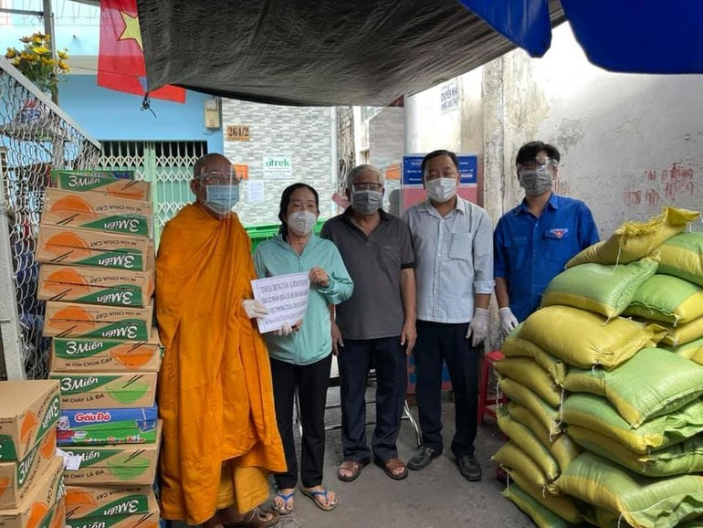 Thượng tọa Thích Minh Lộc trao quà tại các khu vực bị phong tỏa trên địa bàn quận Bình Thạnh