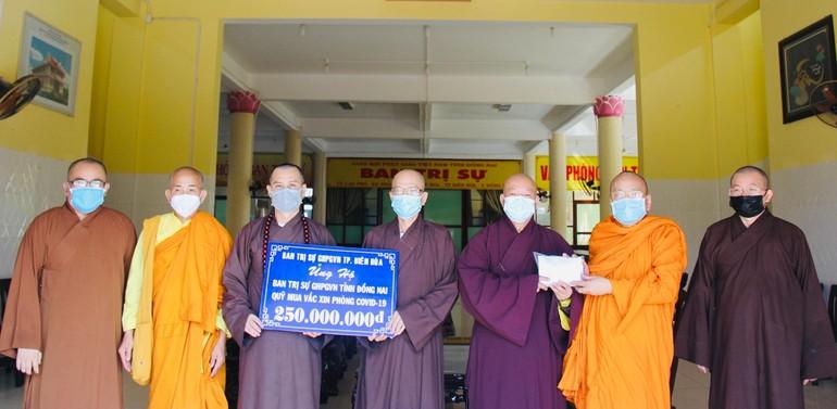 Phật giáo TP.Biên Hòa chuyển 250 triệu đồng đến Ban Trị sự Phật giáo tỉnh Đồng Nai ủng hộ quỹ mua vắc-xin phòng chống Covid-19