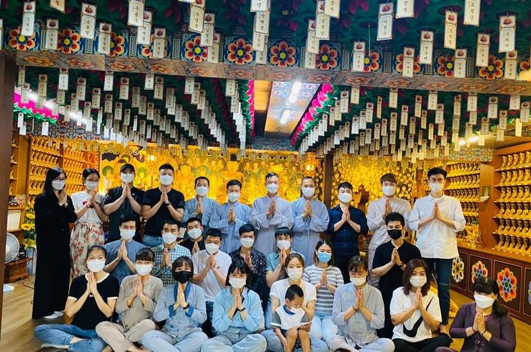 """Phật tử người Việt tại Hàn Quốc tham dự khóa tu """"Một ngày an lạc"""" - Ảnh: Thiện Chánh"""