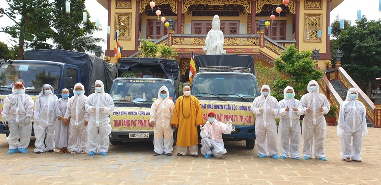 Đoàn Phật giáo huyện Xuân Lộc trao tặng vật phẩm tại TP.HCM