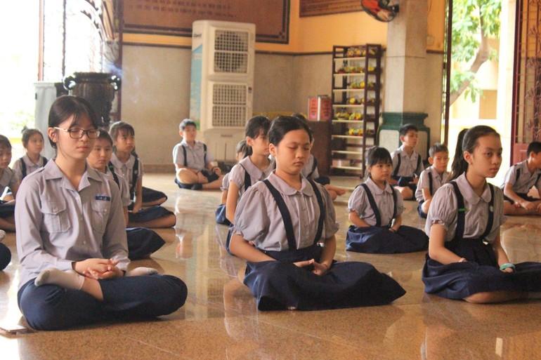 Những mầm non Phật pháp được bố mẹ hoan hỷ gửi gắm đến chùa tập hiểu tập thương - Ảnh: Như Danh