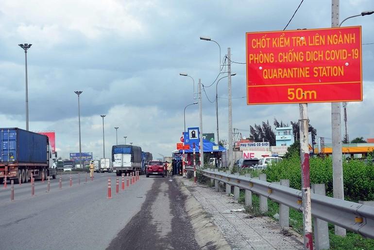 Chốt kiểm soát phòng chống dịch ở chân cầu Đồng Nai - Ảnh: Báo Quân đội Nhân dân