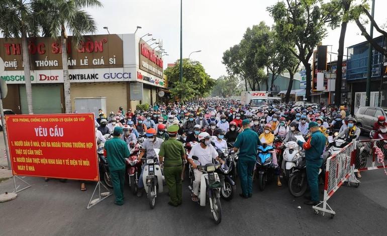 Chốt kiểm soát Covid-19 trên đường Nguyễn Kiệm (quận Gò Vấp) kẹt cứng trong ngày thứ 4 giãn cách xã hội theo Chỉ thị 16 - Ảnh: VnExpress