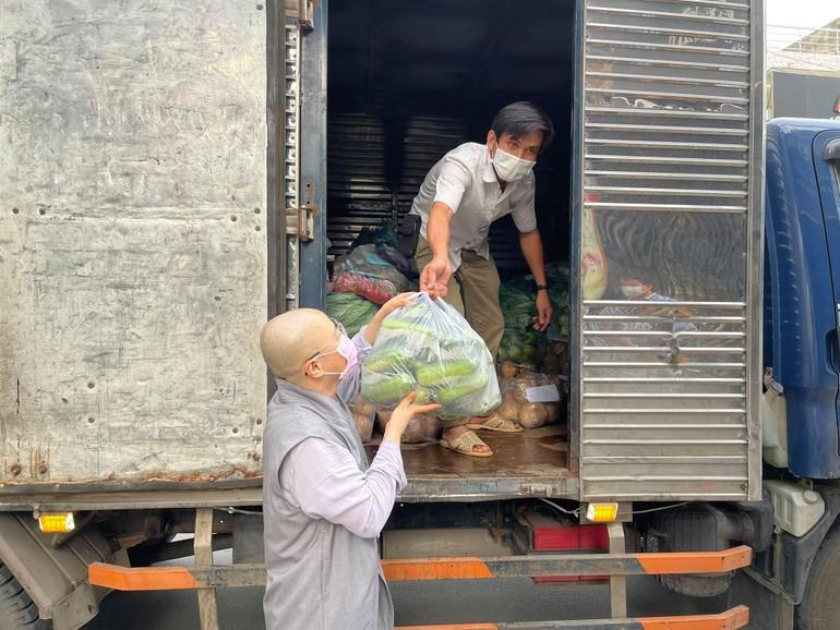 Chùa Long Phước tiếp nhận nông sản của người dân huyện Ba Tri