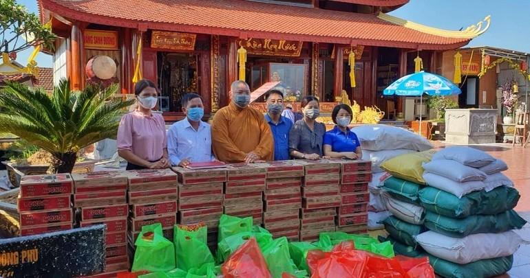 Chùa Non Nước (Yên Thành) tiếp nhận 100 phần quà để trao đến người dân xã Khánh Thành vào ngày 12-7