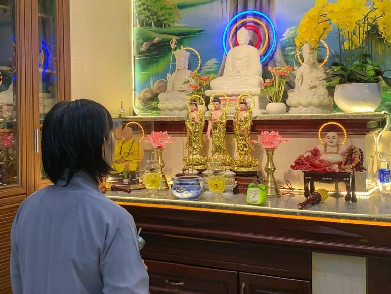 Phật tử Diệu Hằng luôn duy trì khóa lễ công phu tại nhà