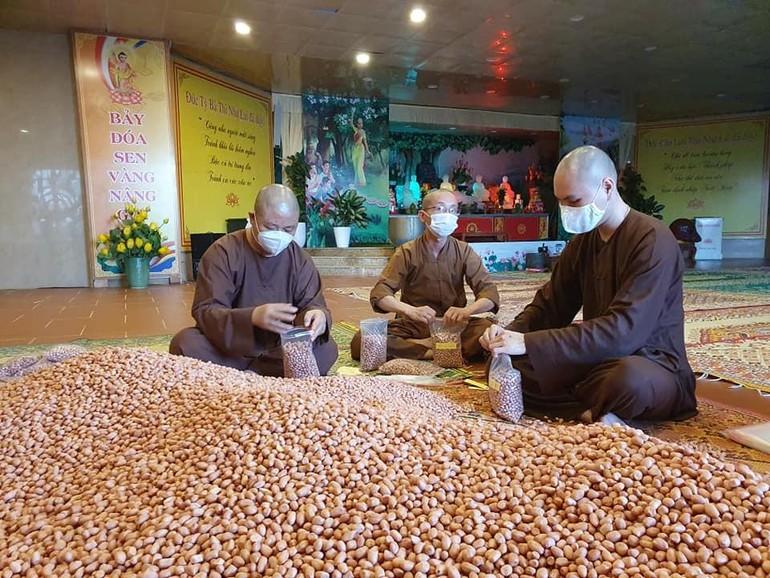 Chư Tăng chùa Đại Tuệ đóng gói lạc nhân để gửi vào TP.HCM
