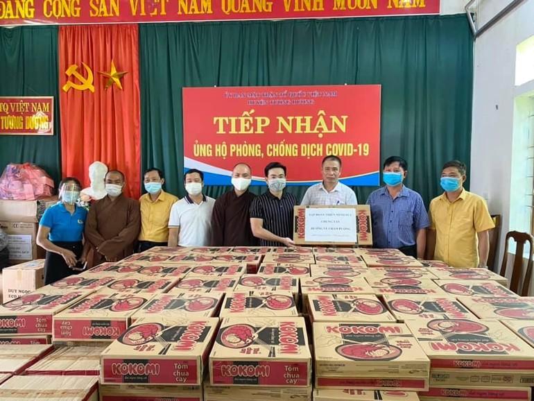 Đại diện UBMTTQVN huyện Tương Dương nhận quà hỗ trợ của đoàn để chuyến đến đồng bào dân tộc bị ảnh hưởng dịch Covid -19