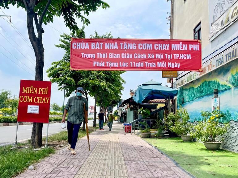 Chương trình phát cơm vào lúc 11 giờ mỗi ngày tại chùa Bát Nhã (số 550Đ Phạm Văn Đồng, phường 13, quận Bình Thạnh)