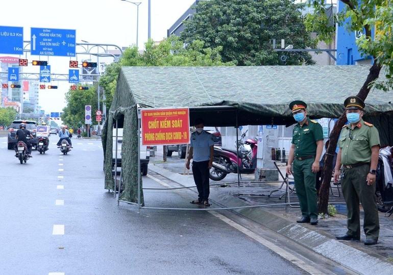 Chốt kiểm soát phòng chống dịch Covid-19 ở quận Phú Nhuận - Ảnh: Bảo Toàn/ Báo Giác Ngộ