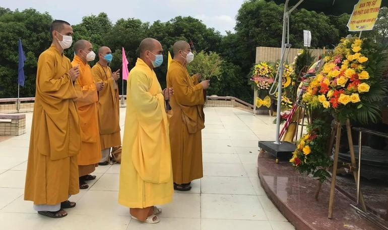 Ban Trị sự GHPGVN TP.Vinh dâng hương, hoa tại Nghĩa trang Liệt sĩ TP.Vinh