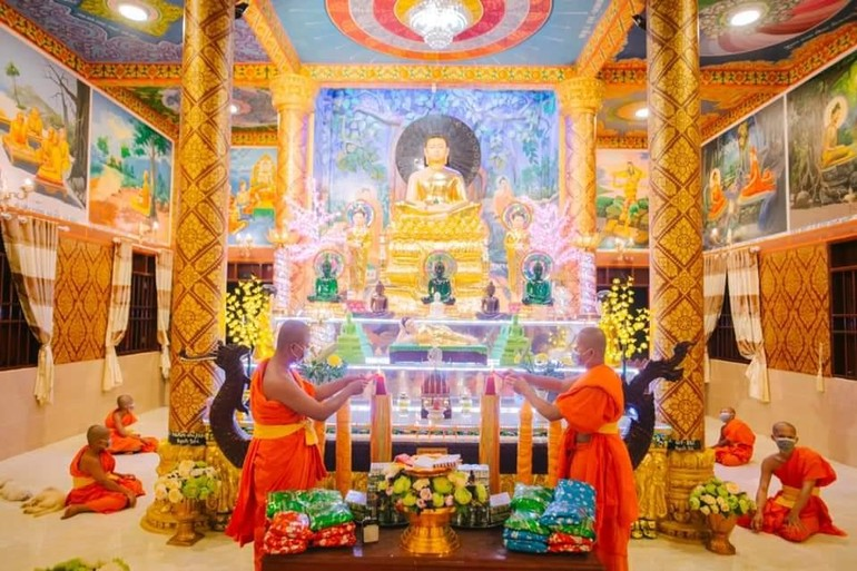 Chư Tăng thắp đèn cầy hạ dâng cúng Đức Phật theo truyền thống Phật giáo Nam tông Khmer
