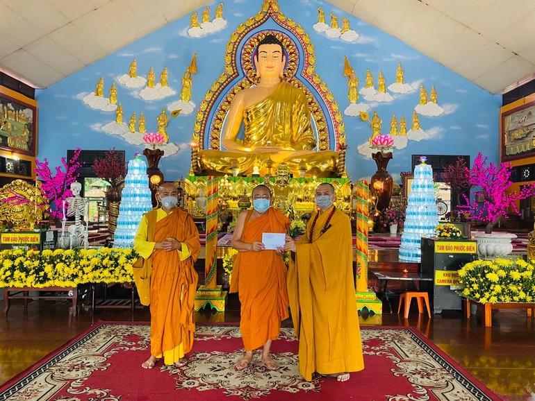 Hòa thượng Thích Bửu Chánh, trụ trì thiền viện Phước Sơn tiếp nhận phẩm vật cúng dường