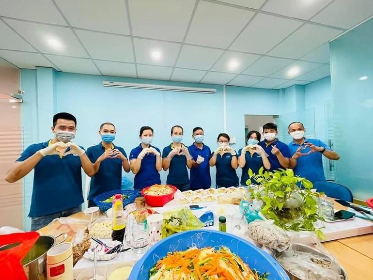Các thành viên của bếp Bảo Long Phương đang chuẩn bị các phần ăn
