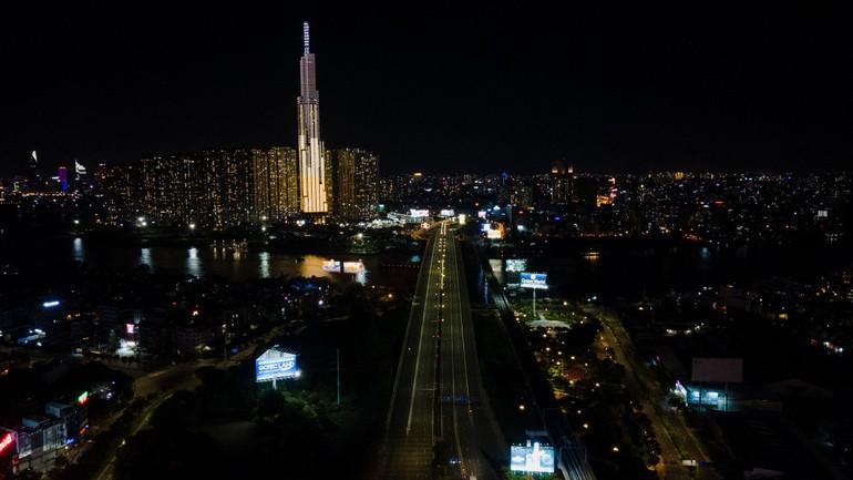 Sài Gòn - Thành phố vẫn đẹp lung linh nhưng vắng lặng sau 18 giờ ngày 26-7 - Ảnh: VnExpress