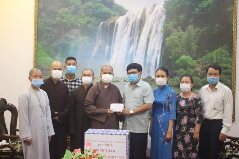 Ban Trị sự Phật giáo huyện Phú Vang trao số tiền 30 triệu đồng đến Ủy ban MTTQVN tỉnh ủng hộ cho khu cách ly