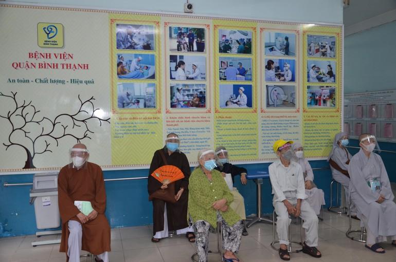 Chư tôn đức Tăng Ni ngồi đợi đăng ký tiêm vắc-xin tại Bệnh viện quận Bình Thạnh
