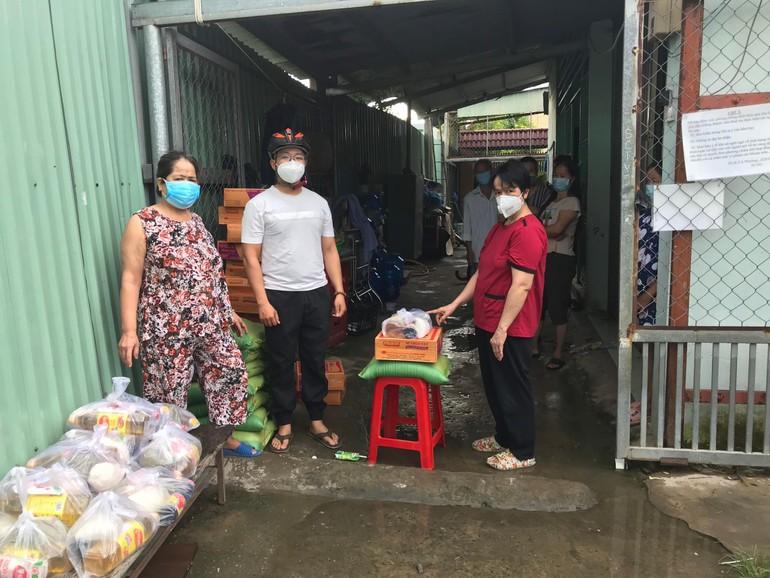 Trao quà của Câu lạc bộ Viên Hạnh đến những người trong các khu trọ thuộc phường Trường Thọ