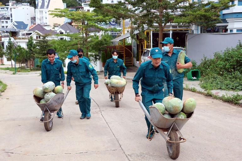 Các chiến sĩ trong Bộ Chỉ huy Quân sự TP.Đà Lạt cùng nhau vận chuyển nông sản ra xe