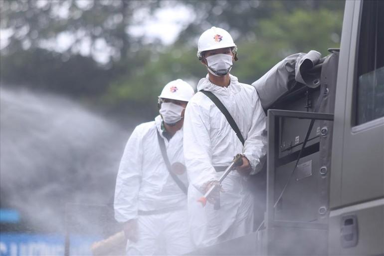 Chiến dịch phun khử khuẩn toàn thành phố bắt đầu từ ngày 23-7 - Ảnh: NLĐ