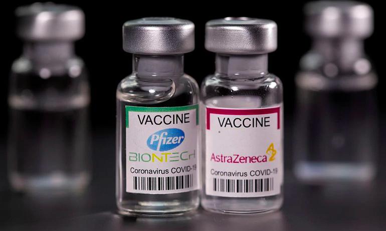 Vắc-xin Covid-19 của AstraZeneca và Pfizer - Ảnh: Reuters