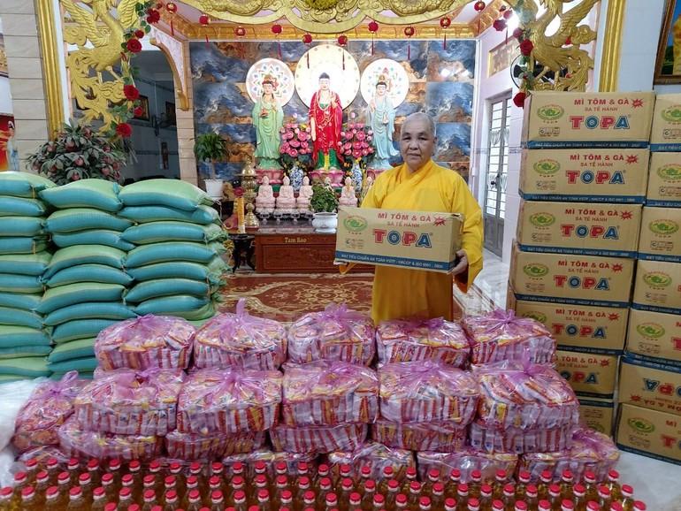 Hòa thượng Thích Huệ Minh đang chuẩn bị các phần quà