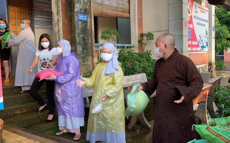 Ban Trị sự Phật giáo huyện Bù Đăng vận chuyển quà đến cho người dân