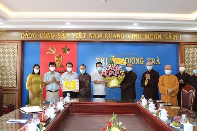 Ban Trị sự Phật giáo thị xã Hương Trà tại buổi gặp mặt với Ban Thường vụ Thị ủy Hương Trà