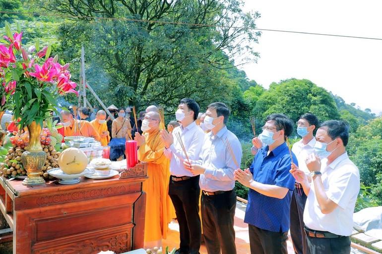 Chư tôn đức Tăng và đại biểu chính quyền dâng hương và chú nguyện lễ thượng lương - Ảnh: TĐH