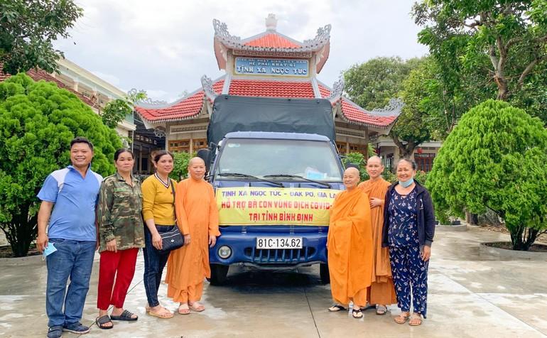 Chuyến xe chở nông sản của tịnh xá Ngọc Túc hỗ trợ cho người dân tại thị xã An Nhơn, Bình Định