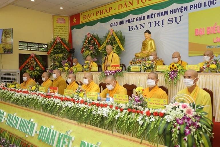 Chư tôn đức chứng minh và Chủ tọa đoàn tại Đại hội đại biểu Phật giáo huyện Phú Lộc, nhiệm kỳ 2021-2026