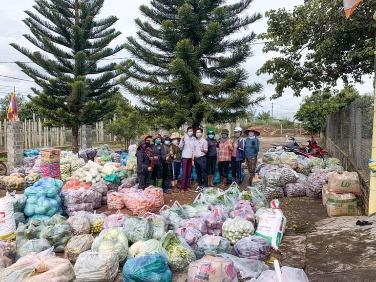 Anh chị em đoàn sinh và các Phật tử bên những nông sản được tập kết trước chùa Quảng Phước