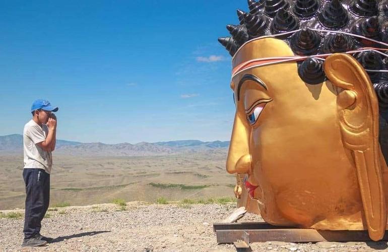 Tôn tượng Đức Phật Thích Ca Mâu Ni mạ vàng trên sườn núi thiêng Dogee ở Tuva