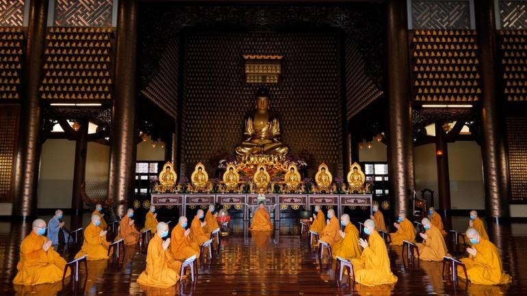 Trì tụng kinh Dược Sư cầu quốc thái dân an, nguyện dịch bệnh tảo trừ tại hạ trường an cư cấm túc chùa Huê Nghiêm